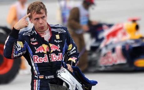 El alemán Vettel, con gesto contrariado, abandona la carrera