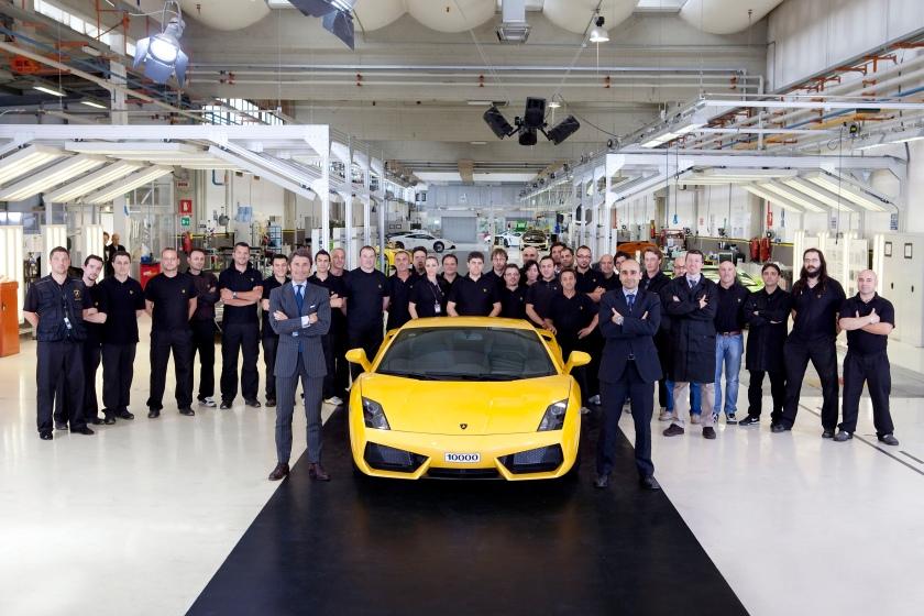 Lamborghini Gallardo 10.000 saliendo de la fábrica de Sant'Agata Bolognese