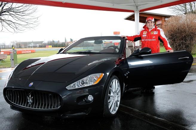 Fernando Alonso, recibiendo su nuevo Maserati Gran Cabrio