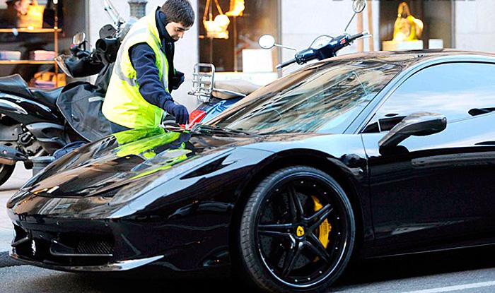 Imagen del día: Mesut Özil también ficha por Ferrari (3/3)