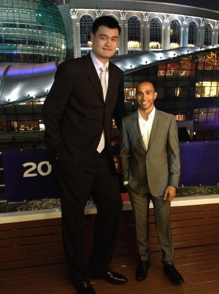 ¿Cuánto mide Yao Ming? - Altura - Real height Lewis-hamilton-yao-ming-shanghai
