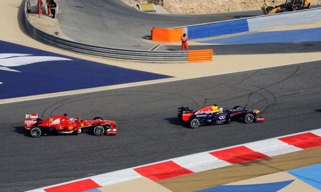 Fernando Alonso y Sebastian Vettel, luchando antes de la avería en el Ferrari