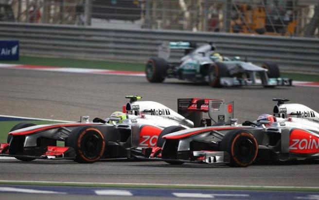 Espectacular el duelo fratricida entre Jenson Button y Sergio Pérez