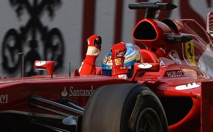 Fernando Alonso, alborozado tras cruzar la meta en Shanghai