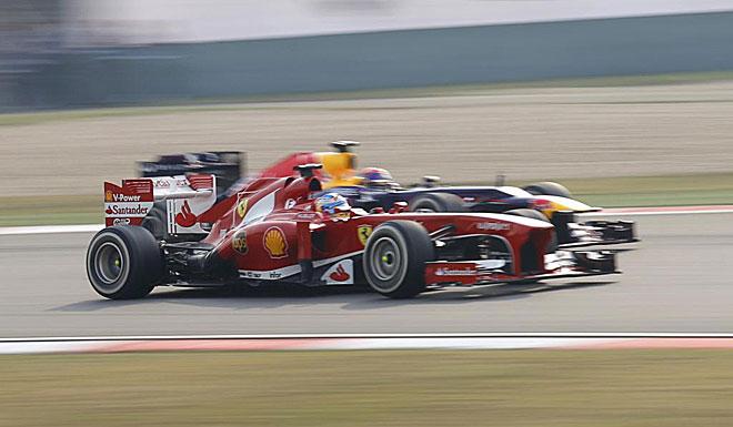 Fernando Alonso, dando buena cuenta de Sebastian Vettel