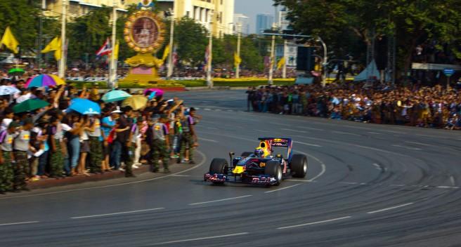 Mark Webber, rodando por las calles de Bangkok en 2010
