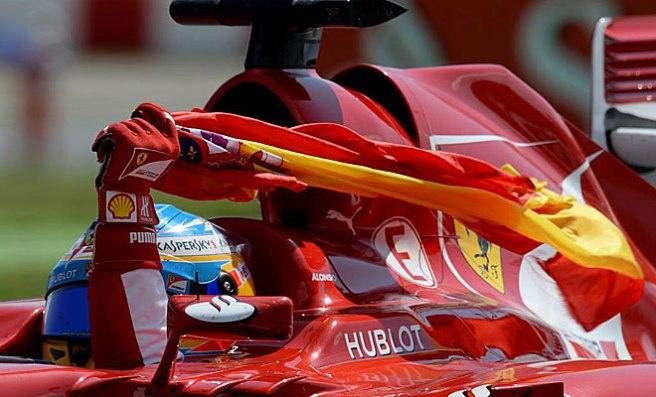 Fernando Alonso, portando la bandera española tras su victoria