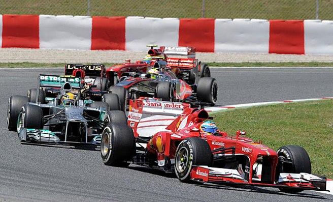 Fernando Alonso, luchando a brazo partido con Rosberg y Massa hoy en Montmeló