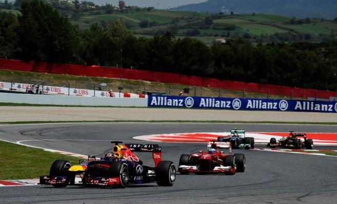 Sebastian Vettel intentando resistir el ataque de Fernando Alonso