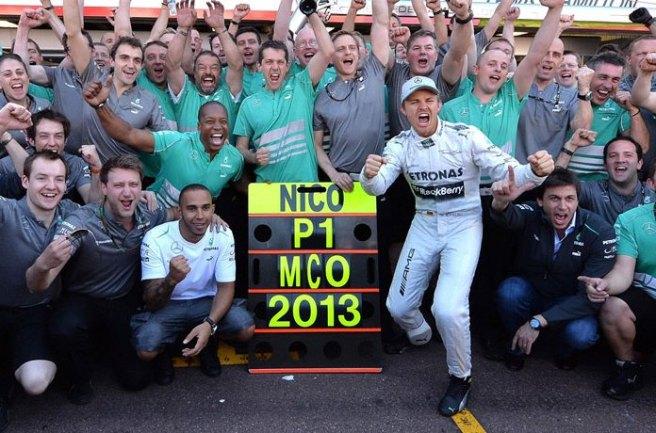 Nico Rosberg, rodeado de todo su equipo celebrando su brillante victoria