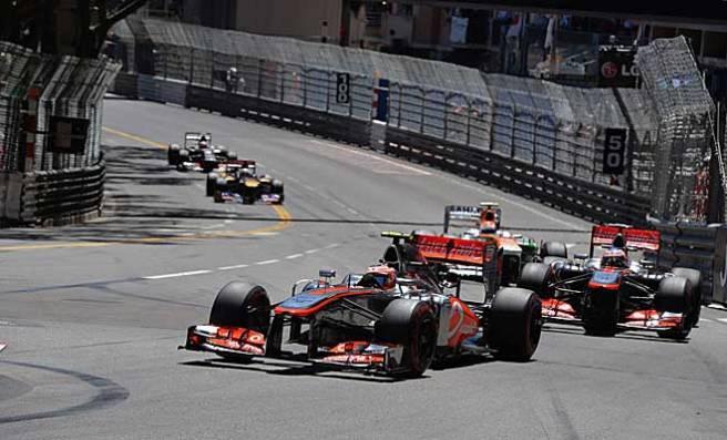 Sergio Pérez y Jenson Button, apretando durante la carrera de hoy
