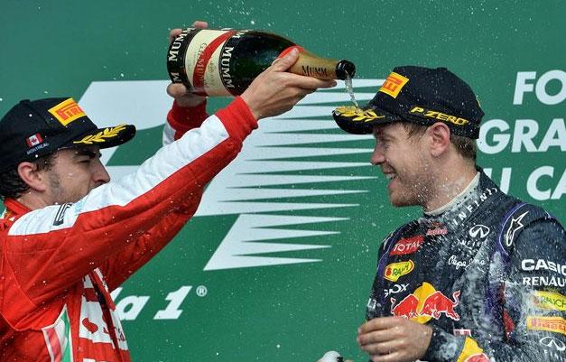 Divertida imagen de Fernando Alonso y Sebastian Vettel en el pódium