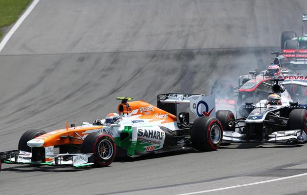 Adrian Sutil, en el momento en que es embestido por Pastor Maldonado