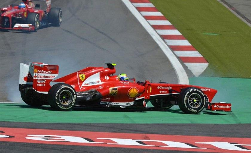 Felipe Massa en el momento de trompear