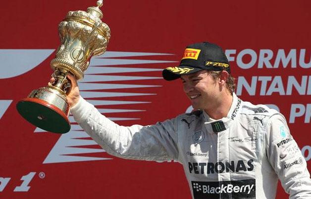 Nico Rosberg, exhibiendo el trofeo que le acredita como ganador de hoy