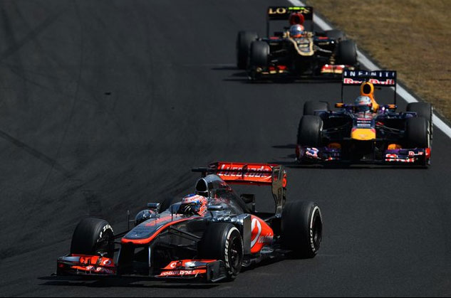 Jenson Button, liderando un pequeño grupo seguido de Vettel y Grosjean
