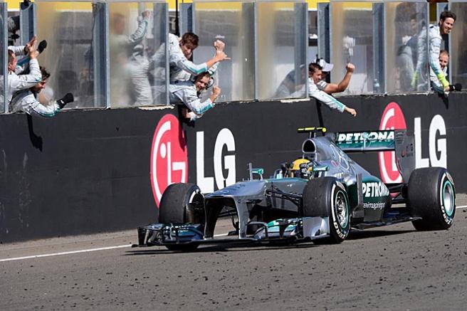 Lewis Hamilton celebrando con sus mecánicos su victoria en Hungría