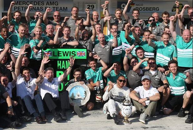 Hamilton y su equipo, celebrando a lo grande su primera victoria con Mercedes