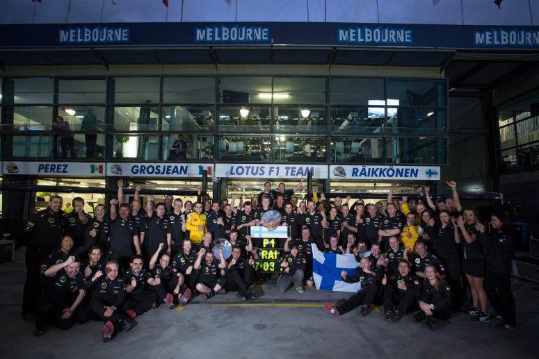 El equipo Lotus celebrando la victoria de Raikkönen en el GP de Australia
