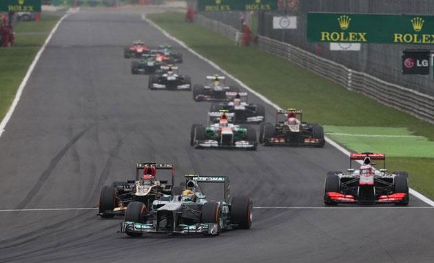 Kimi Raikkönen, sin alerón, es rebasado por Hamilton en la primera vuelta