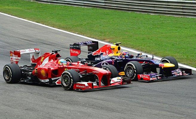 Fernando Alonso, en el momento de rebasar a Mark Webber