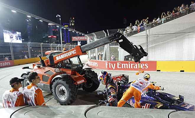Momento en el que es retirado el Toro Rosso de Ricciardo tras su accidente