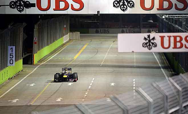 Sebastian Vettel, festejando en solitario su triunfo ante sus mecánicos