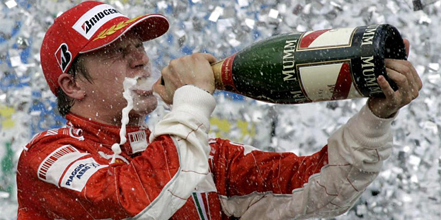 Kimi Raikkönen celebrando su primer y único título