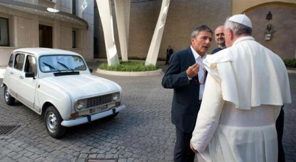 El Papa Francisco, recibiendo las llaves de su nuevo coche
