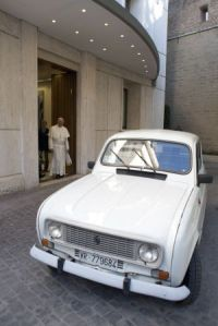 Un vetusto Renault 4L, el nuevo coche del Papa
