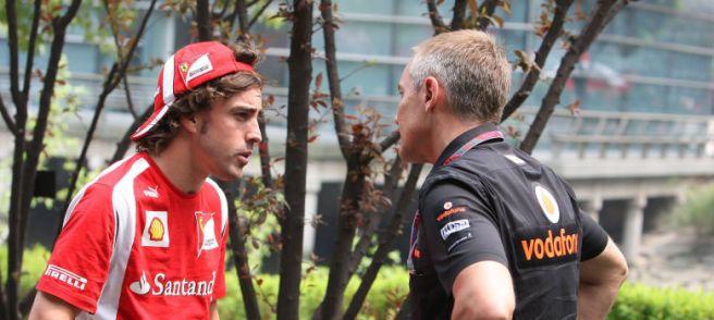 Fernando Alonso y Martin Withmarsh, hablando en el paddock