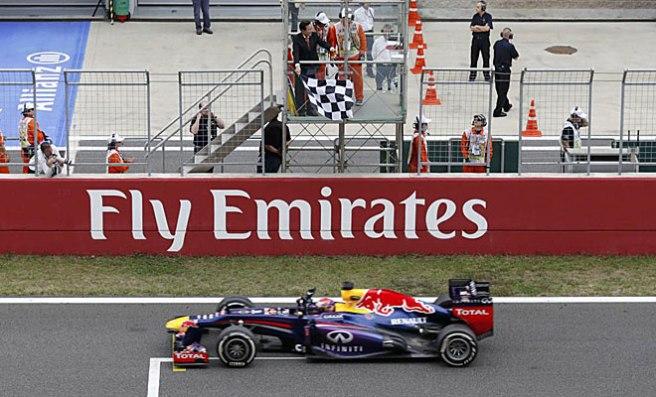Sebastian Vettel recibiendo el octavo banderazo a cuadros del año