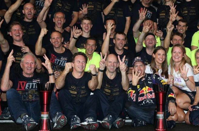 Los integrantes de Red Bull celebrando su cuarto Mundial consecutivoLos integrantes de Red Bull celebrando su cuarto Mundial consecutivo