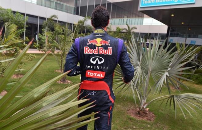 Mark Webber, dirigiéndose al box de Red Bull tras su abandono