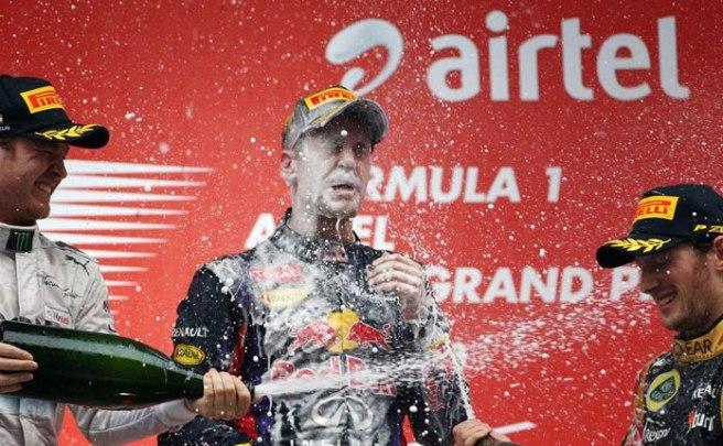 Sebastian Vettel, bañado en champán por Grosjean y Rosberg