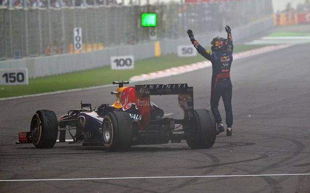 Vettel, exultante después de hacer unos donuts en el asfalto