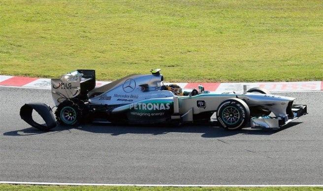 Lewis Hamilton, tratando de volver a boxes tras su reventón en la salida
