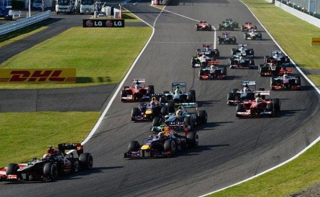 Momento en el que Romain Grosjean logra adelantar a los dos Red Bull en la salida