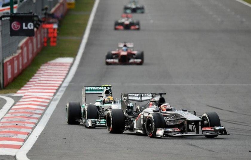 Nico Hulkenberg defendiéndose del asedio de Lewis Hamilton