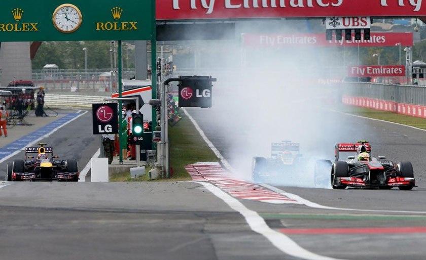 Momento en que le revienta el neumático a Sergio Pérez