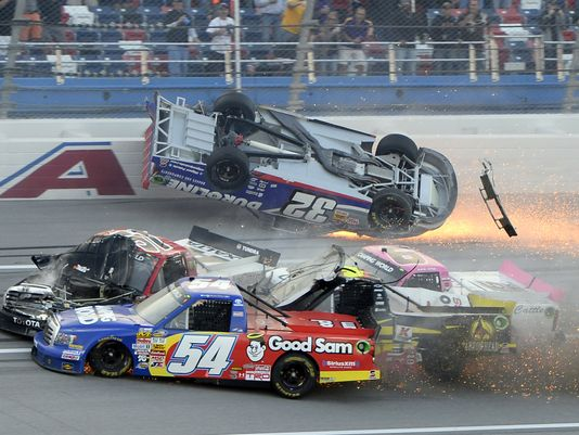Espectacular accidente en la NASCAR Truck Series