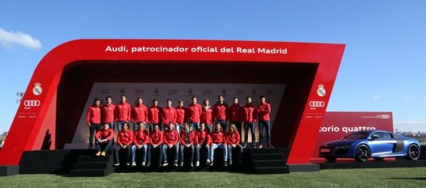 La plantilla y técnicos del Real Madrid, posando antes de recibir sus coches