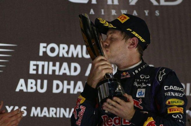 Sebastian Vettel besa el trofeo de ganador en Yas Marina