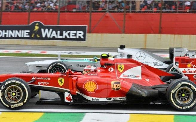 Nico Rosberg, perdiendo su posición ante el empuje de Felipe Massa