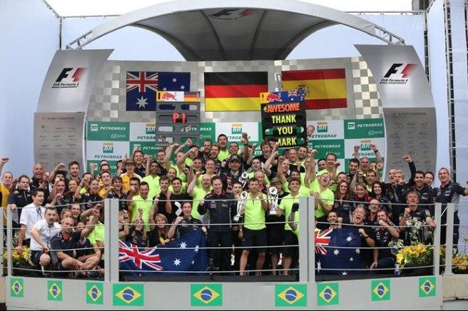 Los integrantes de Red Bull, posando en el pódium tras oficializarse su triunfo