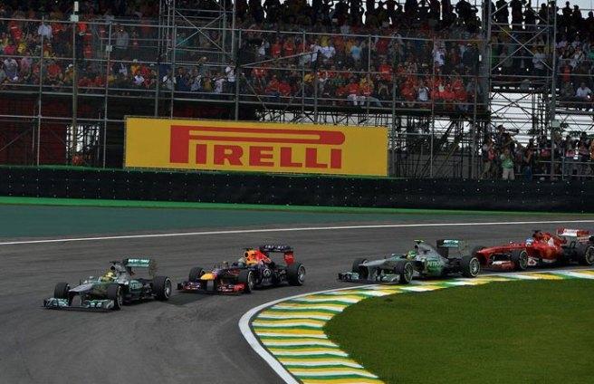Rosberg, adelantando a Vettel en la salida