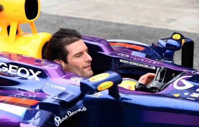 Webber, pilotando su Red Bull ya sin casco ni guantes, tras acabar la carrera
