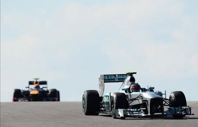 Lewis Hamilton, perseguido por Mark Webber