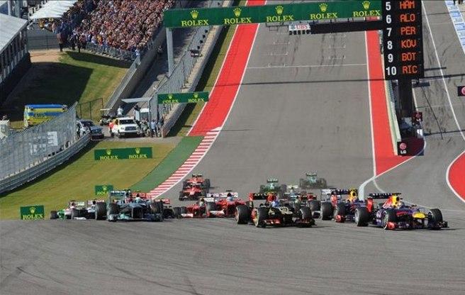 Sebastian Vettel liderando la carrera en la salida, con Grosjean y Hamilton