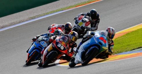 Salom, Viñales y Rins luchando a brazo partido durante el GP de Valencia